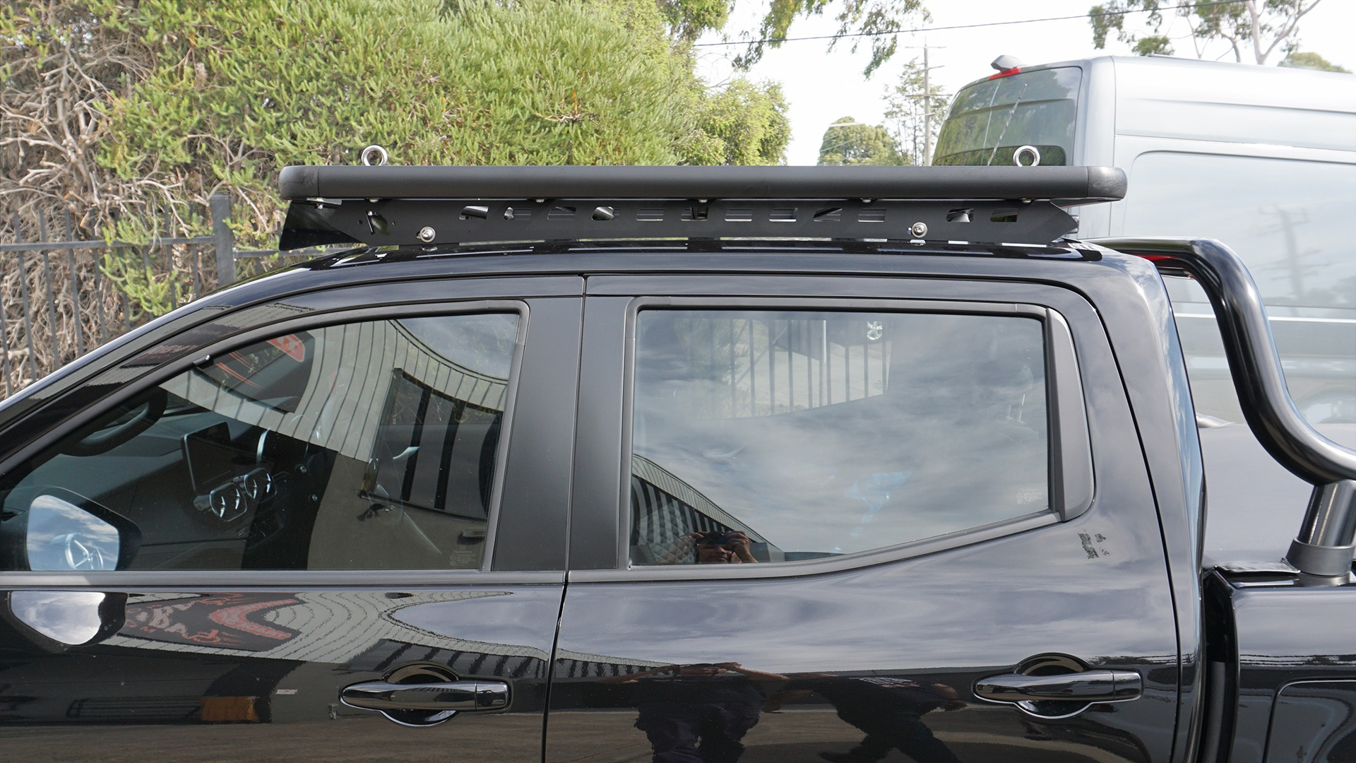 Side view of Navara with a Wedgetail roof rack installed.